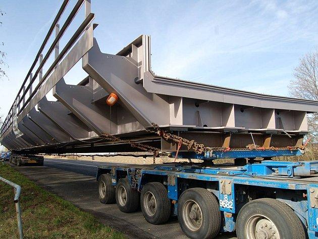 Transport 35 metrů dlouhého železničního mostu, který vyrazil z Ostravy a míří do Sokolova, čeká na poslední etapu cesty na odpočivadle u Bochova.