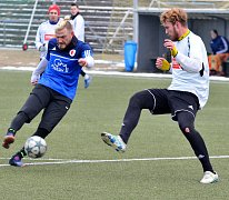 Karlovarská Slavia se loučila se zimní přípravou nerozhodným výsledkem 2:2 s týmem Tachova (v bílém).