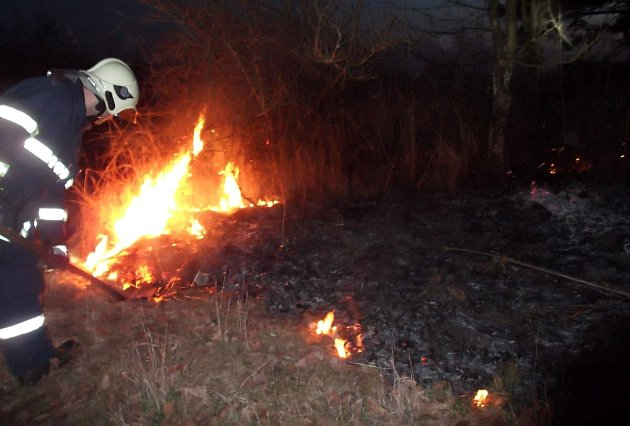 Letos už hasiči vyjížděli k požárům trávy v únoru