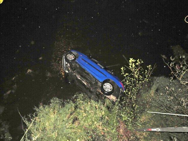 Auto, které po nehodě sjelo do koryta řeky Teplé.