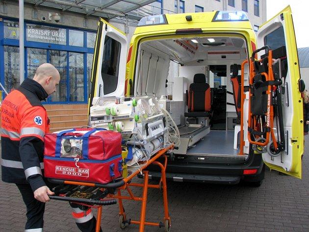 Nová převozová sanitka, speciálně určená pro transport novorozenců, vyšla na 2,6milionu korun a zaplatil ji Karlovarský kraj.