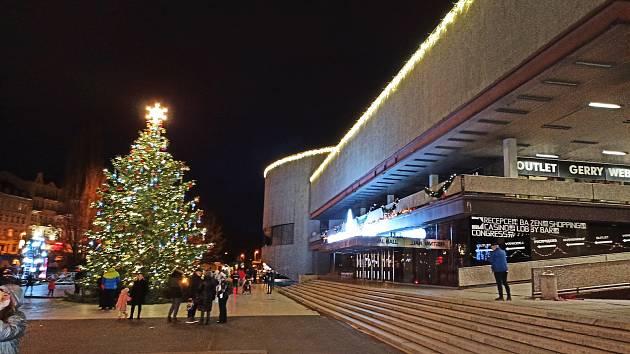 Symbolické rozsvícení vánočního stromu a zažehnutí první adventní svíčky se letos v Karlových Varech obešlo bez diváků. Město sice od 18 hodin odvysílalo tento akt v rámci on - line vstupu na webových stránkách, rozsvícení ale nebylo autentické, ale ze zá