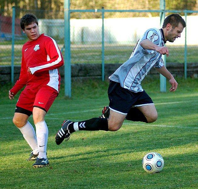 V desátém kole krajské I. A třídy pokořil FK Nejdek (v červeném) na svém pažitu favorizovaný FC Cheb (v šedém) 2:1.