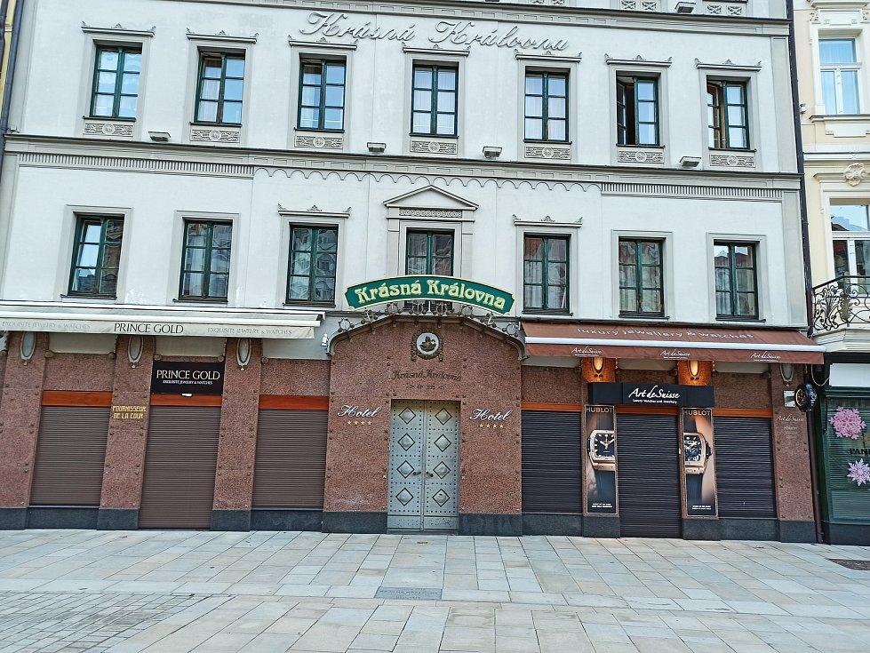 Zabedněné obchody se šperky v ulici Stará Louka, jedním z nich je i legendární restaurace Krásná královna.