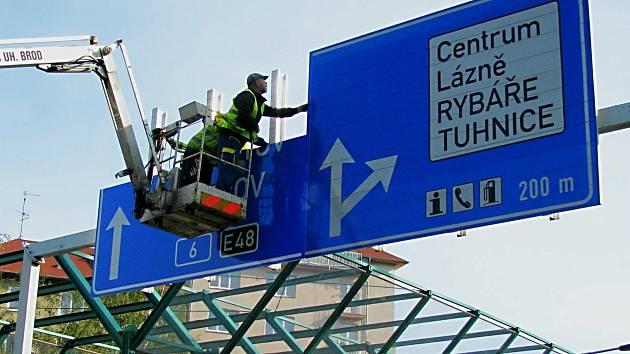 Z CELÉHO ÚSEKU silnice R6 si mohou řidiči užít jízdu bez poplatku pouze tam, kde komunikace navazuje na průtah Karlovými Vary (na snímku na něm silničáři opravovali dopravní značení). Výstavba dalších úseků zatím moc nepokročila