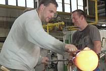 Skláři v karlovarském Moseru v posledních třech letech učili své začínající kolegy všechno potřebné k tomu, aby novou profesi zvládli co nejlépe.