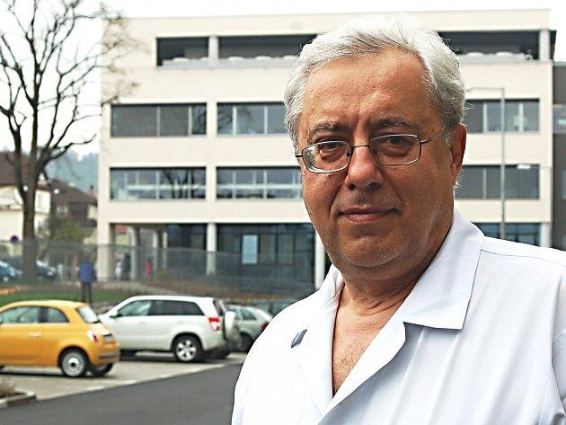 Petr Svoboda před nemocnicí v Kalových Varech.