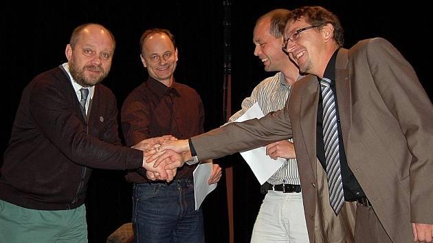 Dohodnuto. Zástupci koalice K 20 Jiří Kotek (ALTERNATIVA), Otmar Homolka (O co jim jde?!), Petr Kulhánek (KOA) a Michal Toufar (TOP 09) 9. listopadu 2010 podepsali koaliční smlouvu. Podle ní se budou řídit při správě města po další čtyři roky.