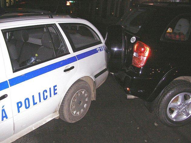 Žena nacouvala do odstaveného vozu městské policie.