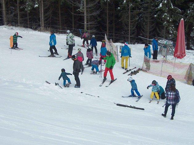 JAK SE NAUČIT LYŽOVAT? Ti nejmenší k tomu mají příležitost v lyžařských školičkách, které jsou v podstatě ve všech skiareálech. Další možností jsou pak lyžařské kurzy pořádané školami.