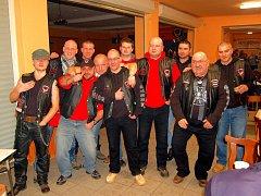 OBLEKY NEJSOU POVINNÉ.  Smokingy a večerní róby byste na sobotním Motobále hledali marně. Oděv účastníků akce odpovídal jejímu zaměření, tedy motorkám. Motorkářskou módu na snímku předvádějí členové pořádajícího klubu Legion Storm Riders Karlovy Vary.