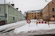 Zákazová značka a uzavřená cesta. Tak to vypadá v Ostrově před zámkem, ve kterém sídlí průmyslová škola.