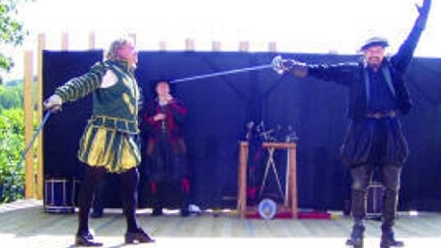 Rytíři v plné zbroji ovládnou dnes večer hrad v Lokti. Ukážou zde, jak se dobývá hradní věž.