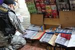 Zásah celníků v obchodním centru Dragoun Bazar v Chebu.