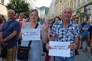 DEMISI, DEMISI! znělo v úterý opět z karlovarské Zeyerovy ulice. Lidé zde přišli demonstrovat proti vládě Andreje Babiše, požadovali demisi jeho i ministryně spravedlnosti Marie Benešové.