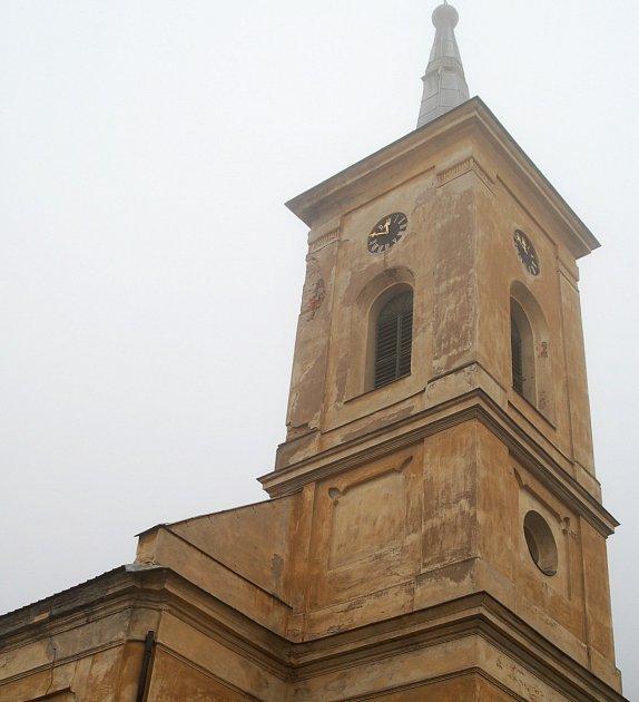 RADOŠOVSKÝ KOSTEL SV. VÁCLAVA skrývá ve své věži přes 400 let starý zvon od jáchymovského zvonaře.