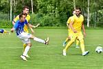Ostrov (v modrém) sice porazil Neratovice (ve žlutém) 4:0, ale na záchranu v divizní soutěži to nestačilo.