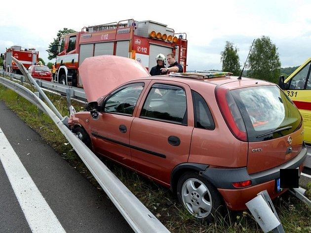 Vlítl s autem mezi svodidla. Ven je dostali až hasiči