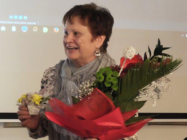 """Výstava v knihovně v Lokti je pořádaná k 70. narozeninám Jarmily Sobotové. Ta na vernisáži výstavy před našlapaným sálem vzpomínala na svůj život a spolupráci s Janem Sobotou i na svoje """"učedníky""""."""