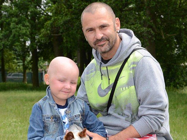 Malý Jindra s tatínkem.