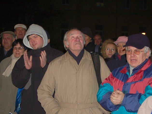 Demonstrující před budovou radnice.