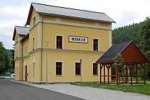 Opravené nádraží v Merklíně slouží k několika účelům. Jsou zde byty, kancelář Českých drah a během dvou měsíců zde chce radnice zřídit infocentrum.
