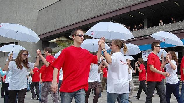 Zaplněné prostranství před hotelem Thermal patřilo v pátek přesně v pravé poledne tanečníkům, kteří předvedli čtverylku.