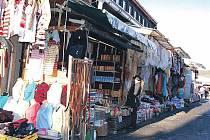 Plné stánky a zákazník nikde. Tržiště v Potůčkách (na snímku) či v Chebu osiřela. Tradiční zákazníci, němečtí turisté, totiž začali šetřit, a tak zboží nemá kdo kupovat.