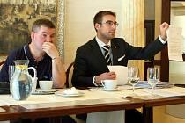 Hrdina Gjon Perdedaj společně se svým právníkem Ronaldem Němcem.