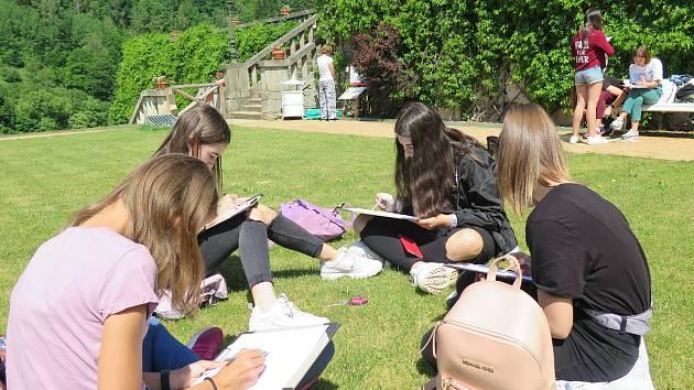 Studenti pražského gymnázia vyrazili do terénu na bečovský hrad, kde interaktivně tvořili.
