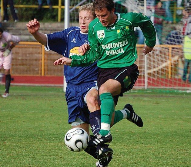 Letošní rok po sportovní stránce vůbec nevychází Tomáši Glosovi (na snímku v souboji s Kulvajtem z Bohemians (1905). V zimě si poranil koleno a zranění si v týdnu na tréninku obnovil.