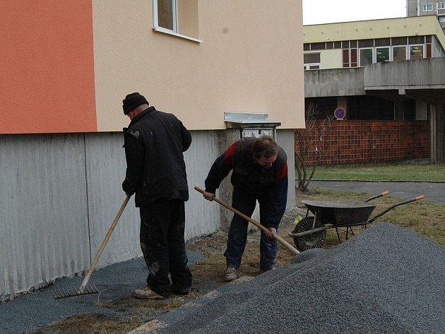 OPRAVY. V Severní ulici byla založena bytová družstva. Ta také platí do společného fondu. Nyní opravují okolí domu.