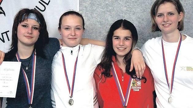 Medailistky z lázní. Stříbro na mistrovství republiky družstev juniorek vybojovalo karlovarské kvarteto (zleva) Myšková, Ondráčková, Hornová a Pěchovová.