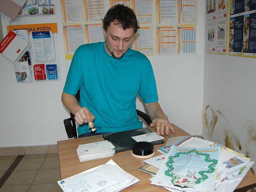 Hodně práce s razítkováním Ježíškovské pošty bude i letos mít vedoucí pošty Marek Smitka.