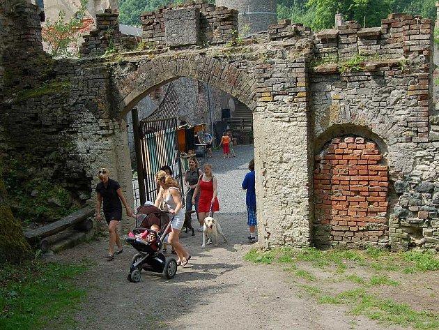 V sobotu bylo na hradě rušno, protože se zde konal dětský den. Lidé si prohlíželi hrad a zúčastňovali se některých soutěží.