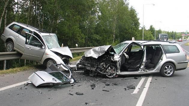 Je až s podivem, že ze zdemolovaných vozů vyvázli oba řidiči pouze se zraněními. Navíc HRŮZNÝ POHLED. Je až s podivem, že ze zdemolovaných vozů vyvázli oba řidiči pouze se zraněními. Navíc když řidič Fordu Mondeo (vůz vpravo) nebyl připoutaný.