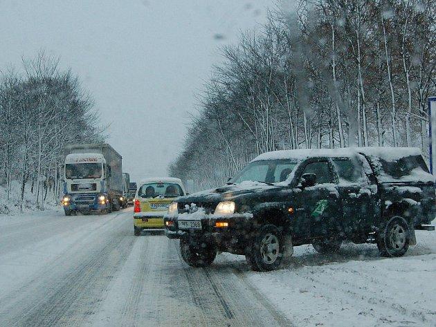 Počasí řidiče nešetří. Motoristé se v těchto dnech musejí připravit na náledí a sněhové přeháňky.