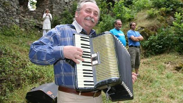 """Miroslav """"Dědek"""" Zábranský šíří s harmonikou v ruce myšlenku strécovství doslova na každém kroku."""