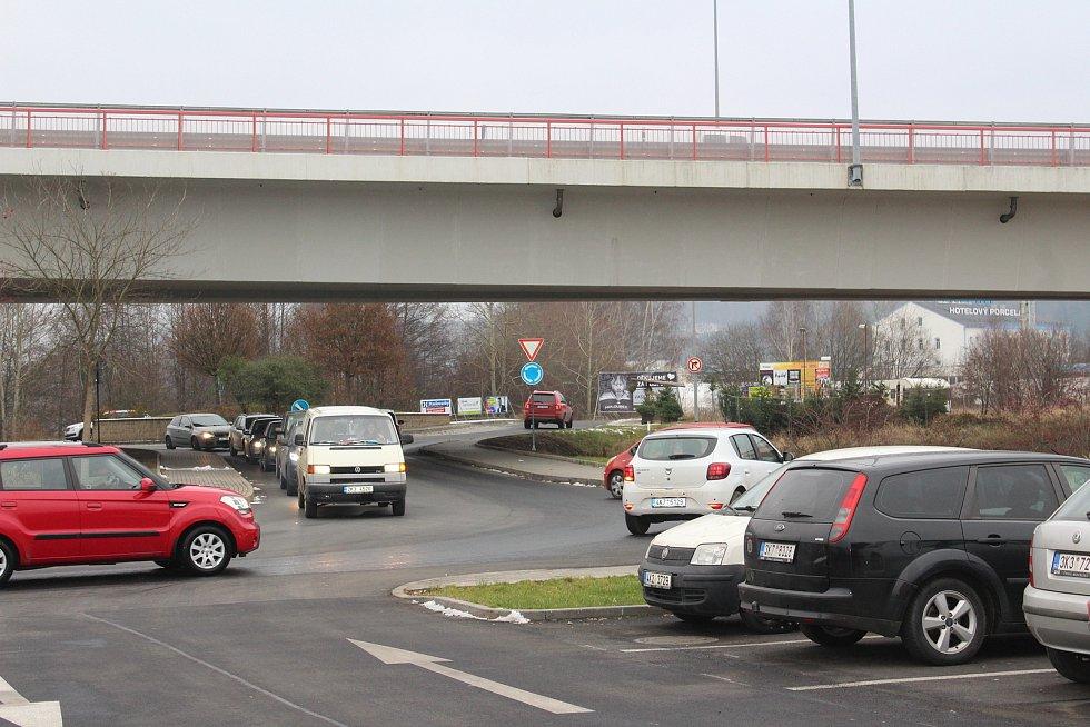 Fronty se tvořily už před parkovištěm obchodního centra.