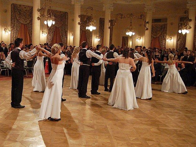 Sezona nejen maturitních plesů je v plném proudu.