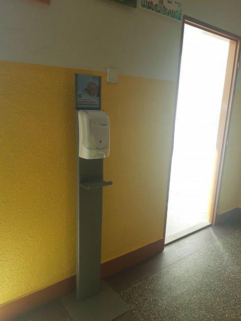 Dezinfekční bezdotykový stojan na ZŠ.