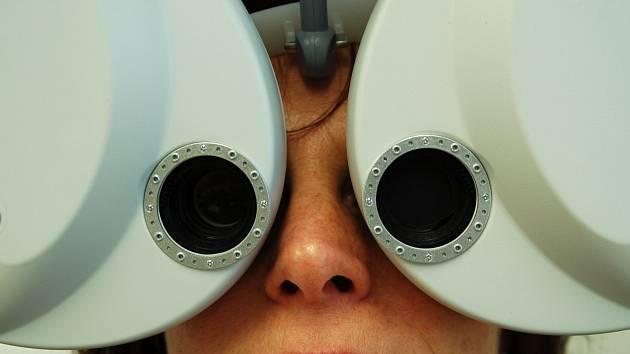 Z OČÍ DO OČÍ. Na novém pracovišti vyšetřuje klienta primář MUDr. Pavel Studený, Ph.D. Oční klinika bude pomáhat například lidem s onemocněním rohovky nejen z Karlovarského kraje, ale třeba i z Chomutovska.