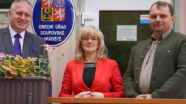 HEJTMAN MARTIN HAVEL (vlevo) navštívil Bražec a Doupovské Hradiště, kde se setkal se zástupci obcí.