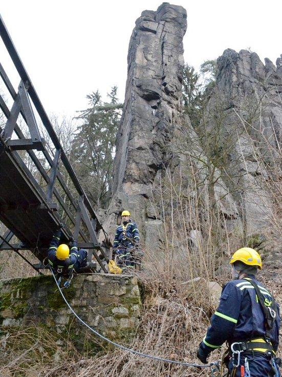 Lezecké cvičení hasičů ve Svatošských skalách.