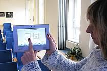 STAČÍ DOTEK PRSTEM. Tímto tabletem a jednoduchými doteky ovládá pracovnice krajské knihovny Andrea Bocková většinu moderních systémů, kterými je vybaven společenský sál krajské knihovny. Zájem o využití sálu pro řadu akcí je poměrně značný.