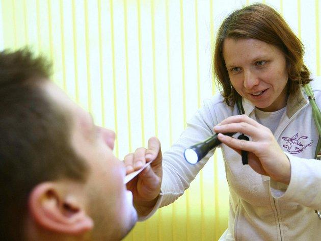 Kvůli chřipkovému onemocnění jsou zakázány návštěvy v nemocnicích v Chebu a v Karlových Varech.