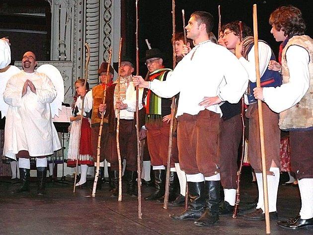 DYLEŇ V DIVADLE SLAVIL PADESÁT LET. Vystoupením v karlovarském divadle oslavil soubor Dyleň padesát let své existence.