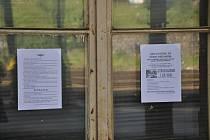 Jen několik letáků rozvěšených na Horním nádraží v Karlových Varech připomínalo, že je stávka. Cestující ani železničáři nebyli k nalezení