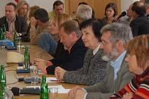 V zasedací místnosti, kde budou rokovat zastupitelé o fondu, je málo místa i pro politiky a úředníky. Lidé z řad veřejnosti, kteří se na jednání chystají, tak budou muset zůstat v předsálí.