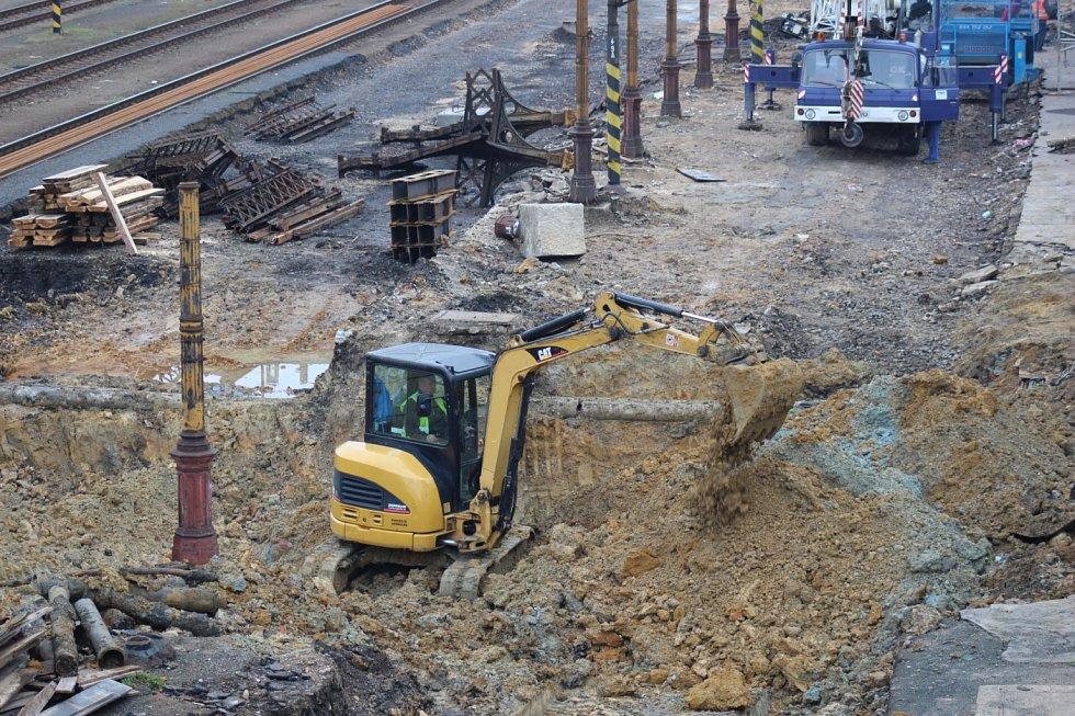 V Karlových Varech byla dokončena nová odbavovací hala Horního nádraží. Práce na úpravách kolejiště a peronů ale ještě pokračují.